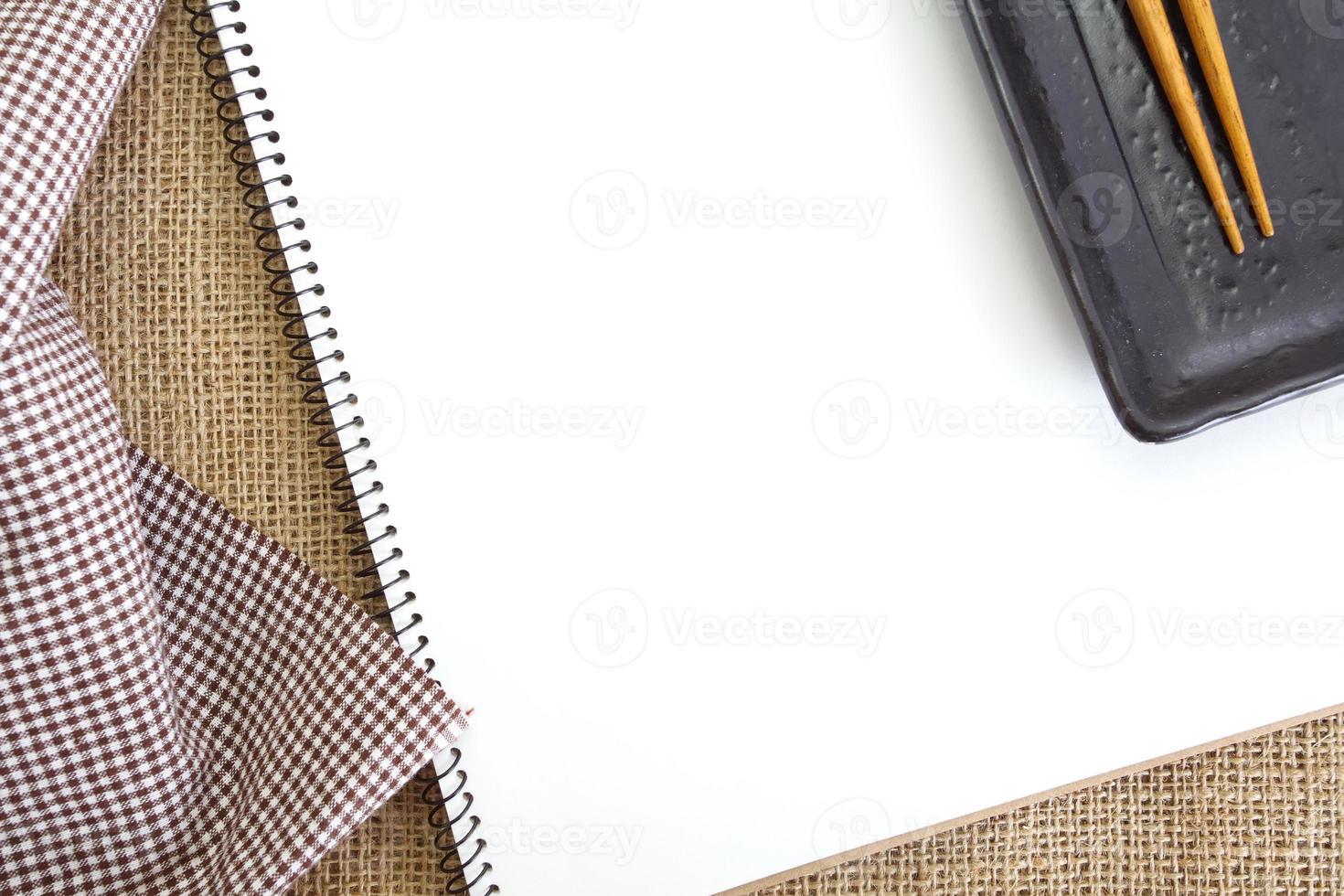 livro de receitas branco em branco na mesa da cozinha foto