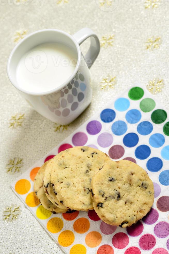 biscoitos e leite prontos para servir foto