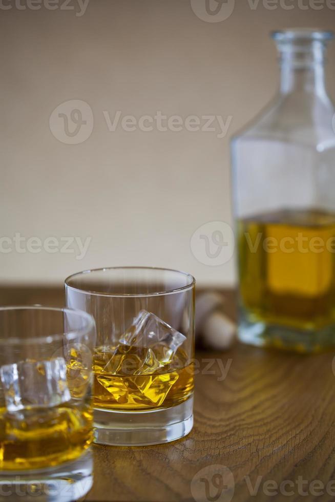 copo e garrafa de uísque foto