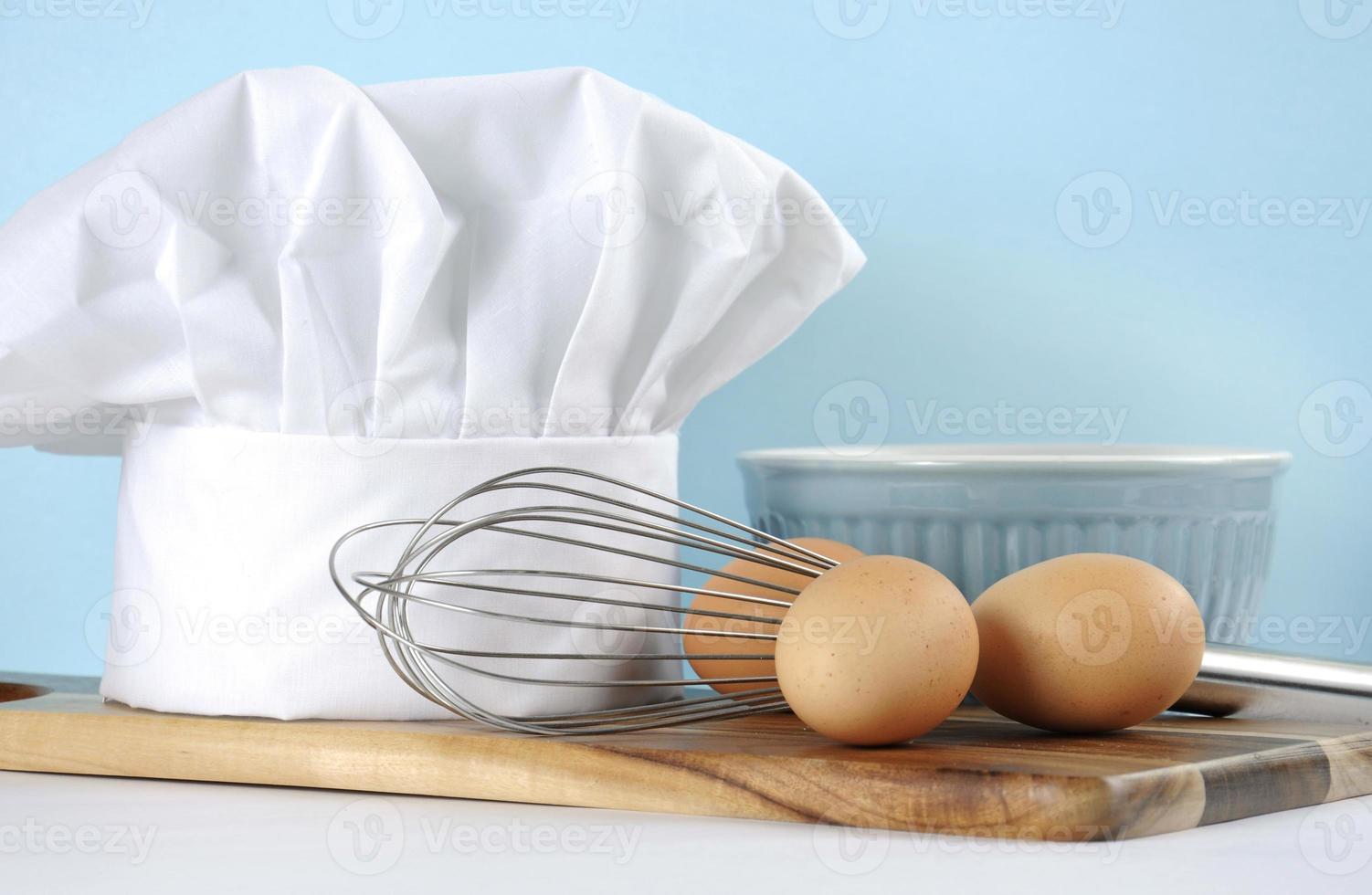 cozinha moderna, utensílios de cozinha e chapéu de chef foto