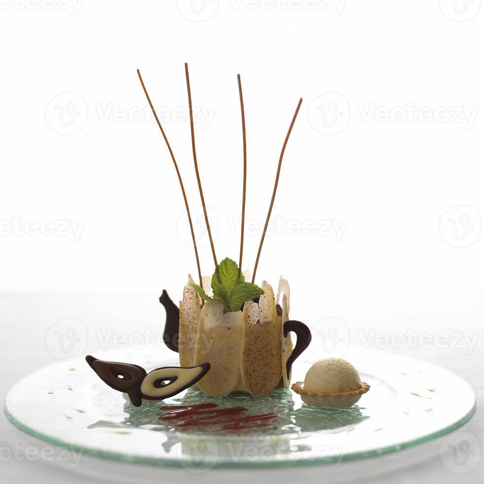 colheres de sorvete com a tigela de bolacha no fundo branco foto