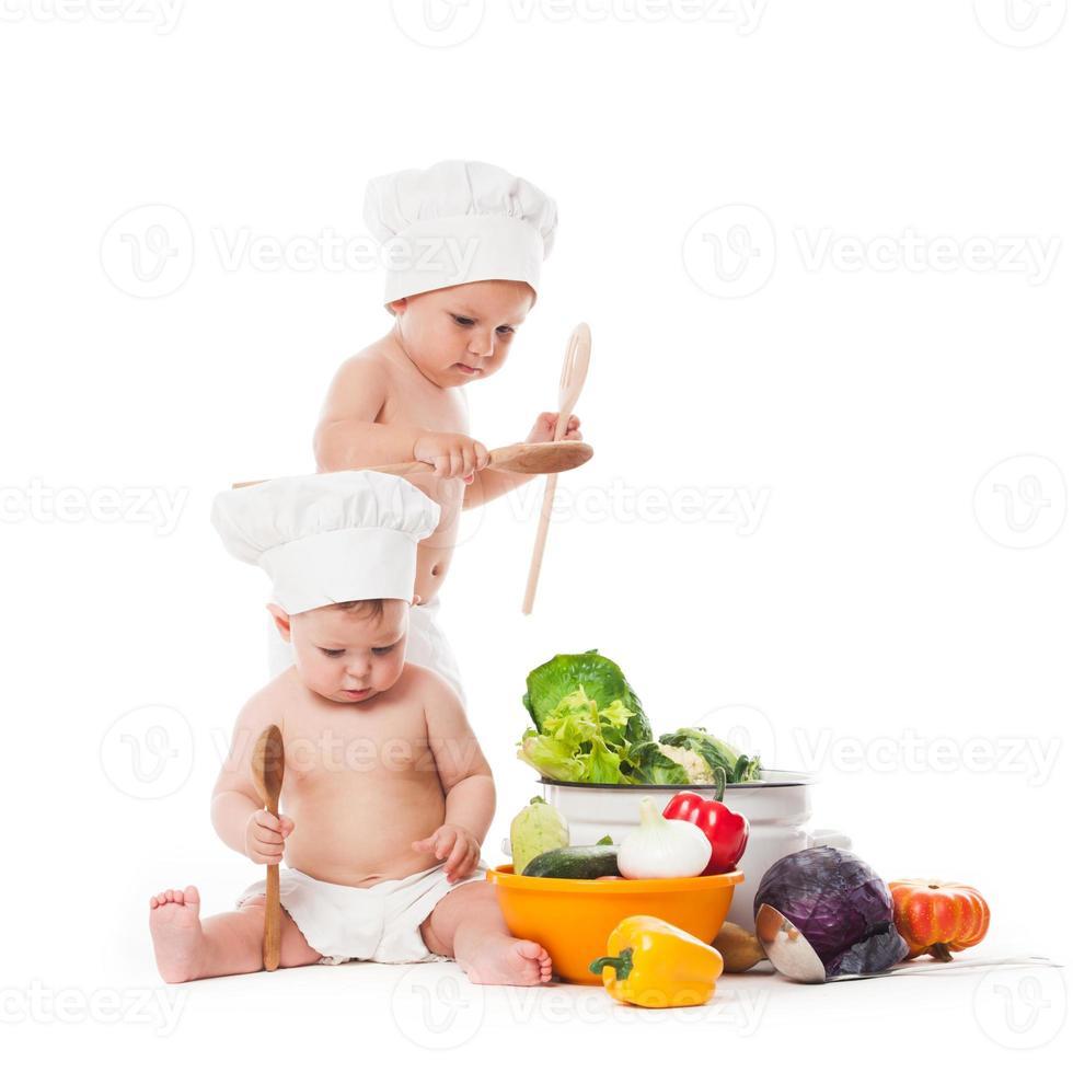 pequenos chefs cozinham foto