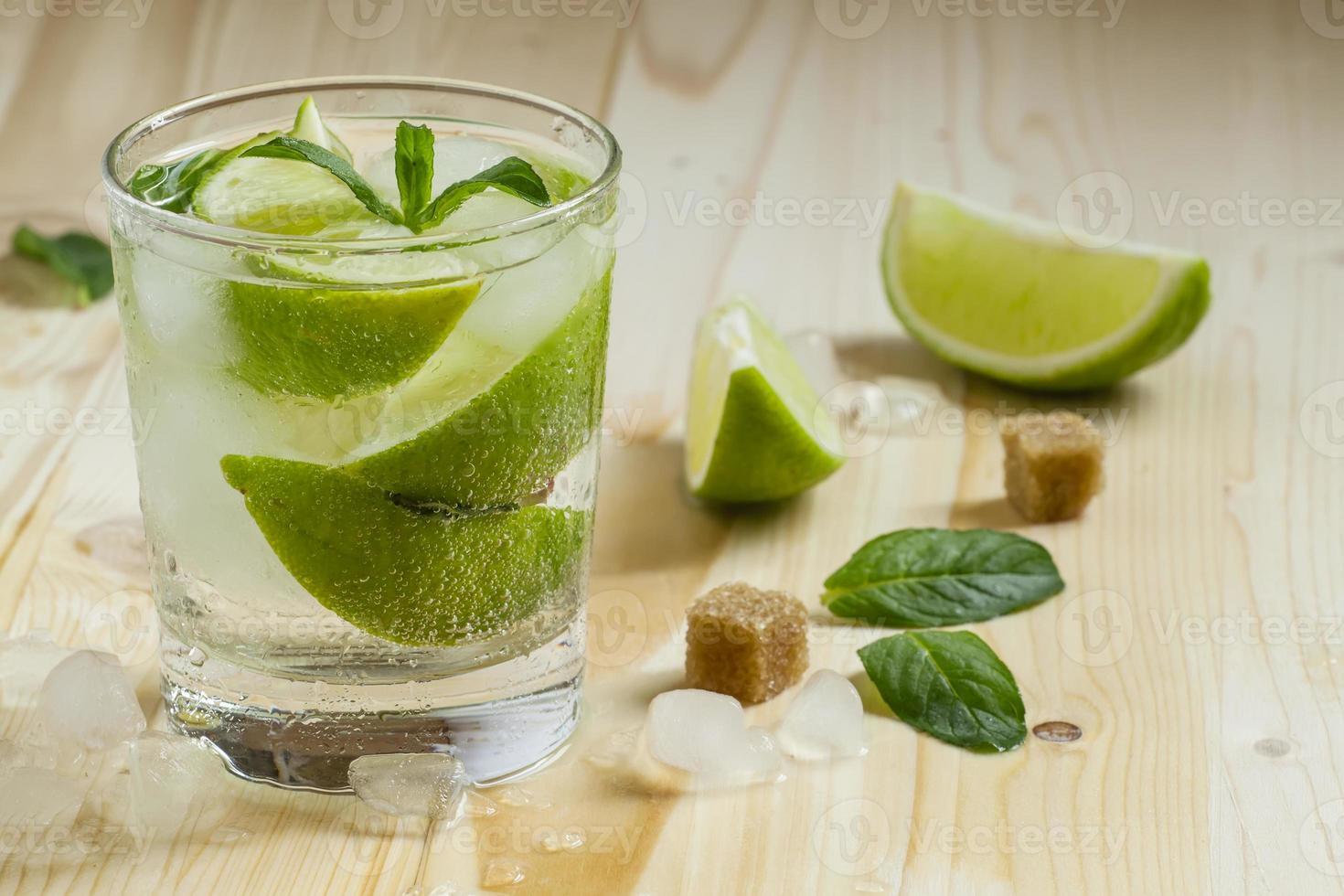 cocktail fresco witn refrigerante, limão e hortelã, foco seletivo foto