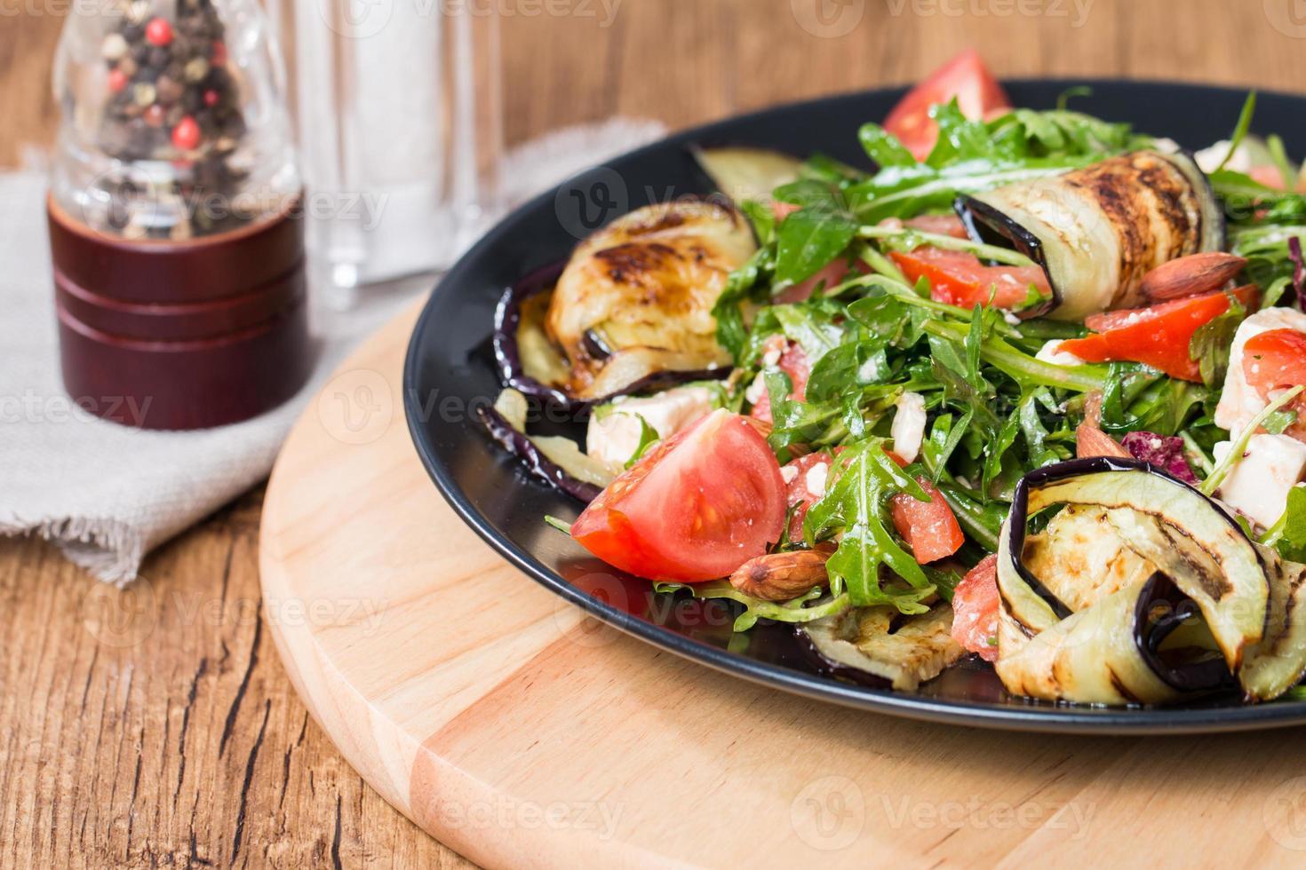 salada de berinjela com tomate e rúcula foto