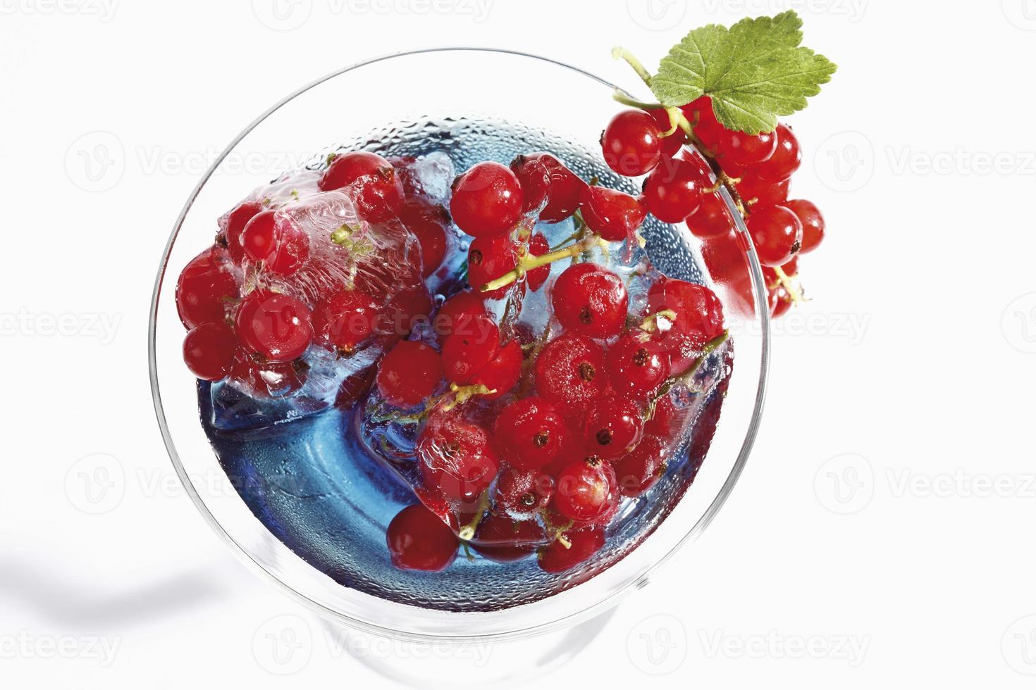 copo de cocktail com Curaçao azul e groselha vermelha congelada foto