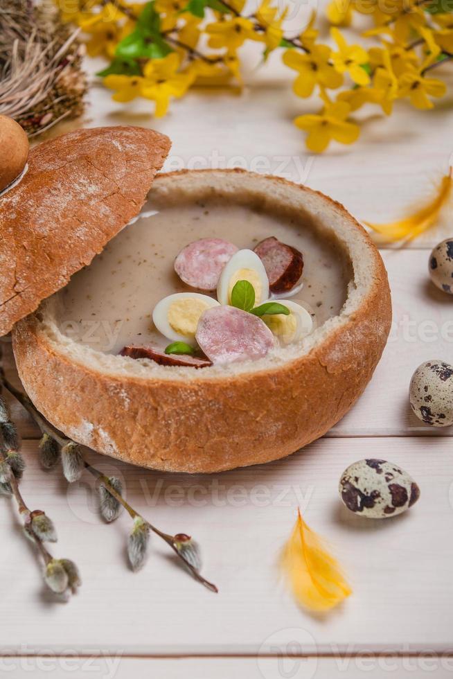 feriado cristão de primavera. borsch branco no pão foto