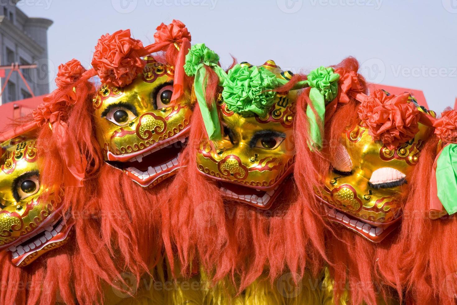 leão chinês colorido dançando e se movendo nas ruas foto