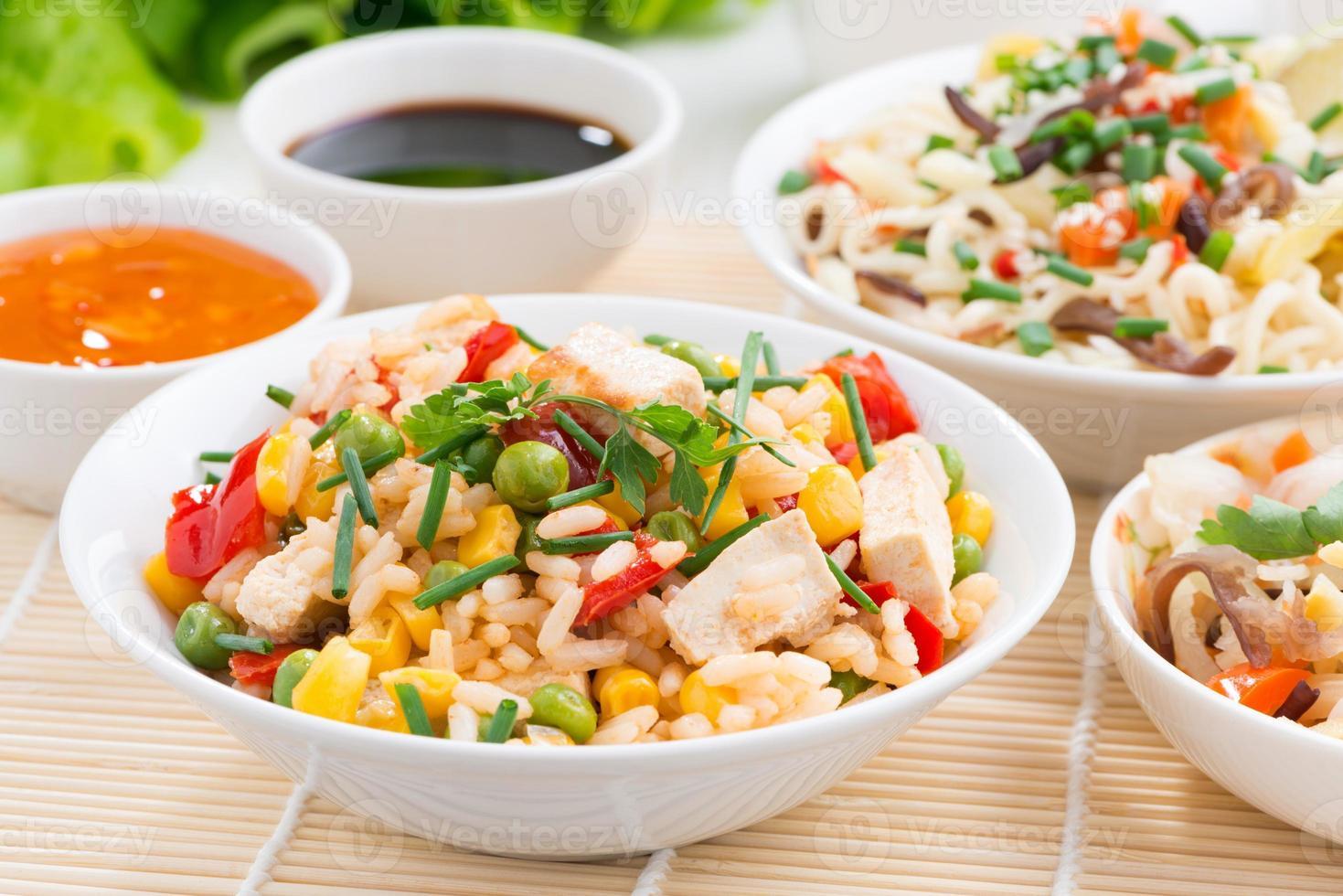 comida asiática - arroz frito com tofu, macarrão, legumes foto