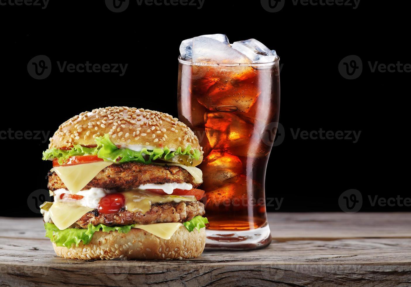hambúrguer e cola bebida. foto