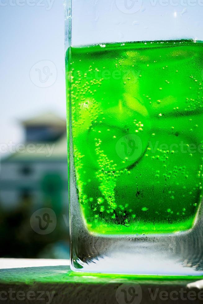 bolhas em refrigerantes com copo de vidro foto