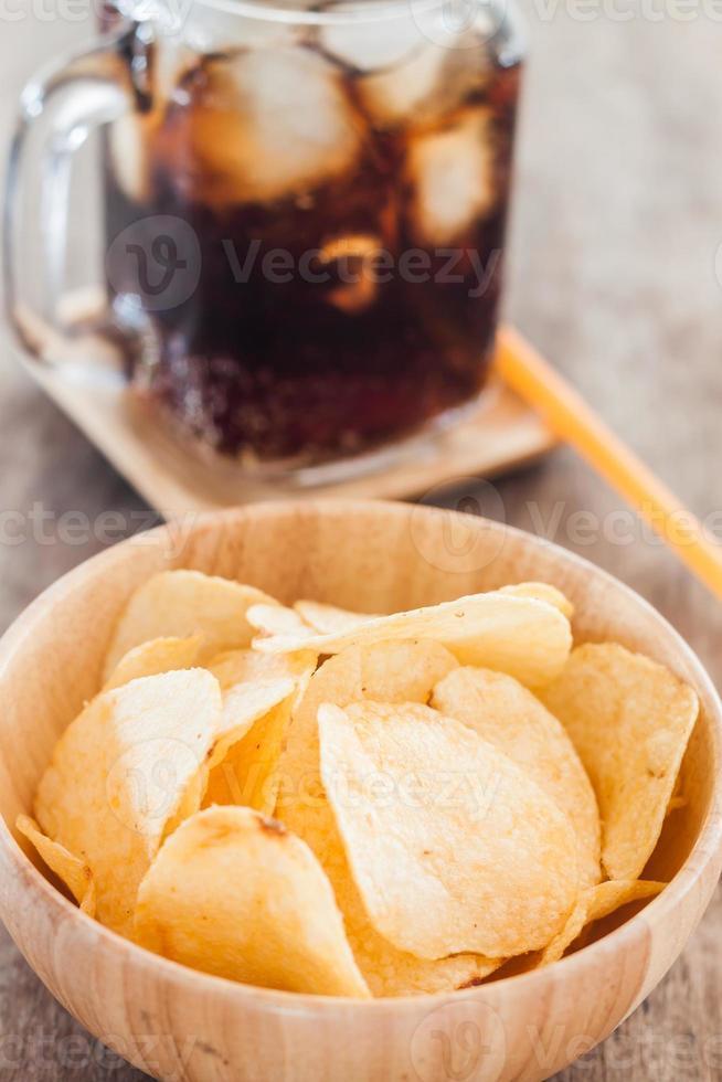 batatas fritas crocantes com cola gelada foto