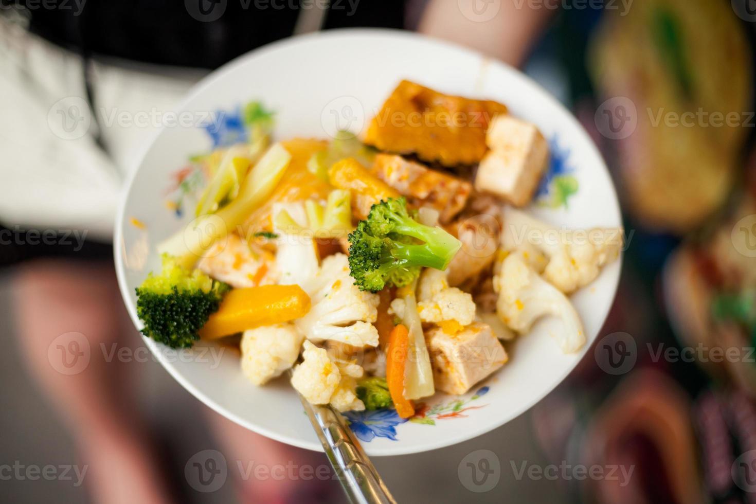tofu frito tailandês com legumes foto