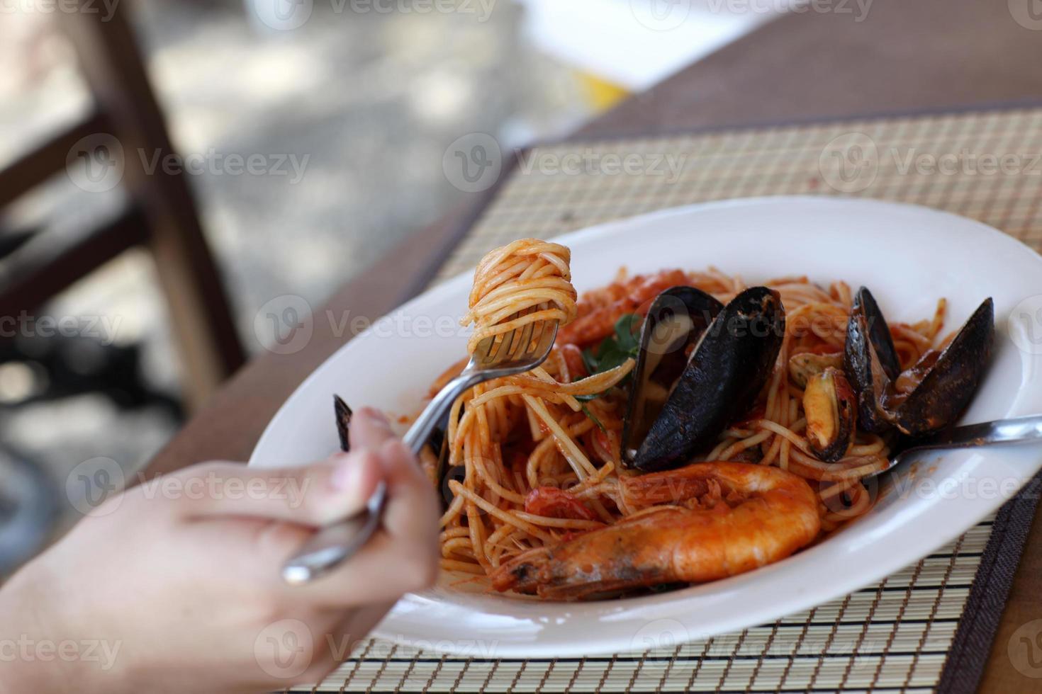 espaguete de frutos do mar no almoço foto
