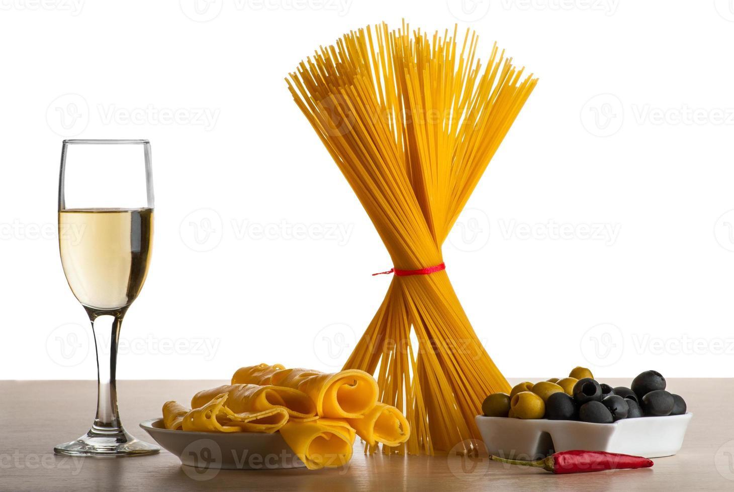 espaguete, azeitonas, pimenta e vinho branco, isolado no branco foto