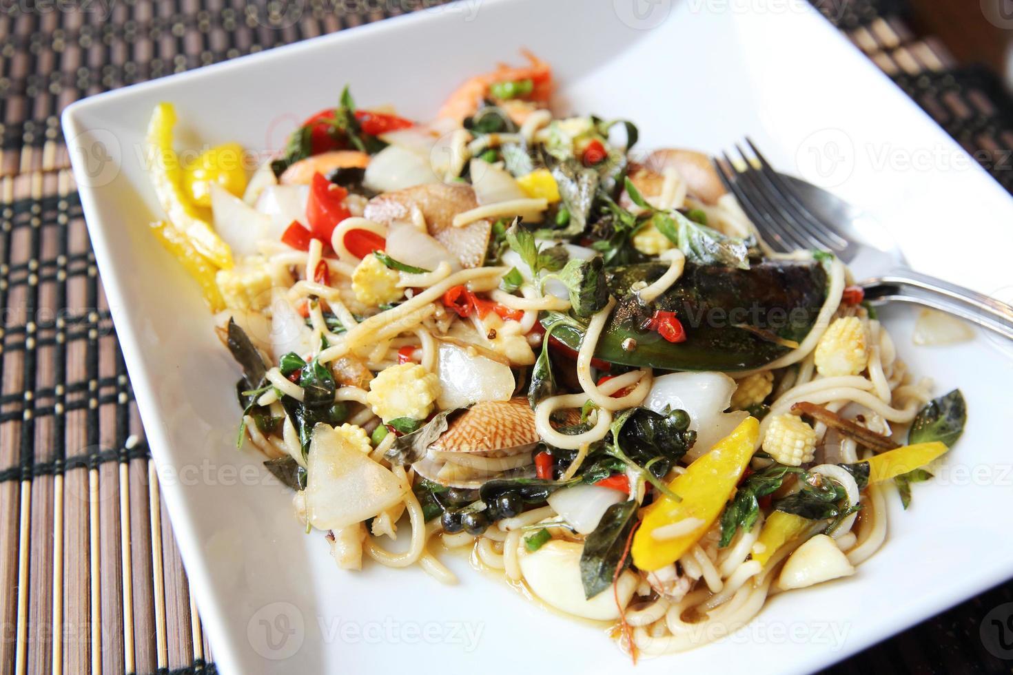 espaguete picante frutos do mar estilo tailandês foto