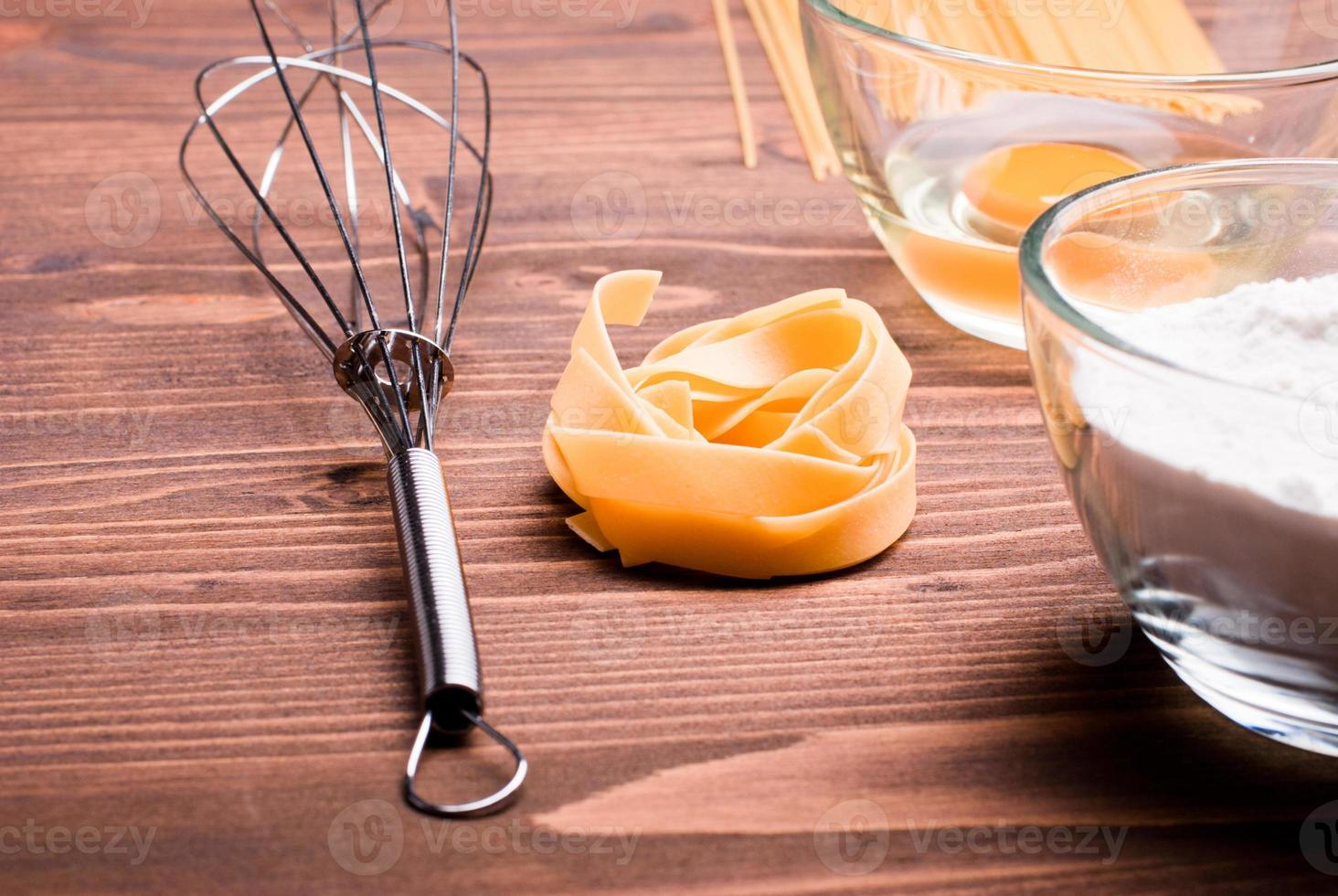 macarrão cru fatia única ingredientes crus e bata foto