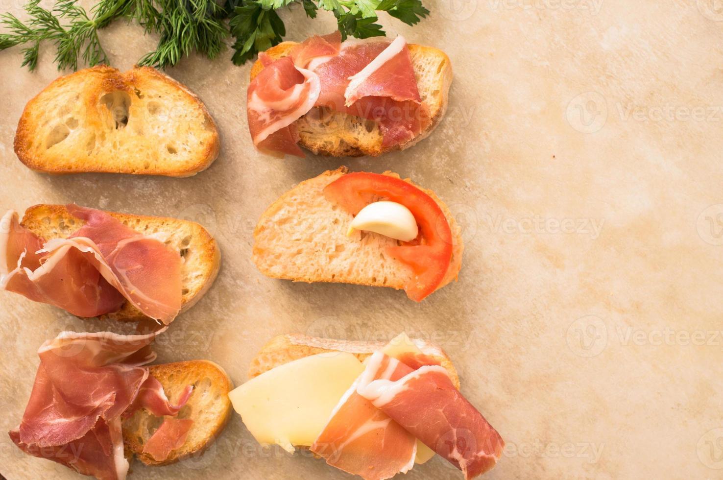 variedade de tapas com carne, queijo e legumes foto