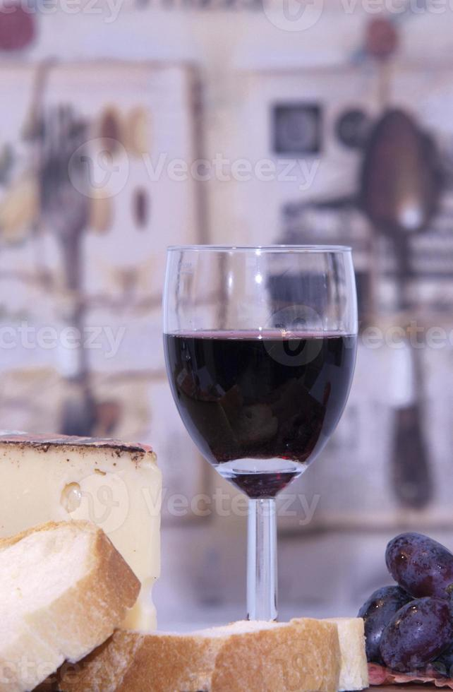 vinho tinto, pão branco, queijo foto