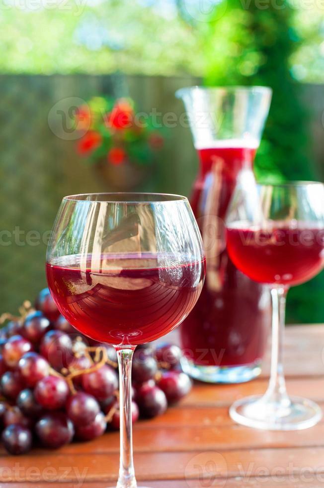 dois copos de vinho tinto caseiro delicioso com uva. foto