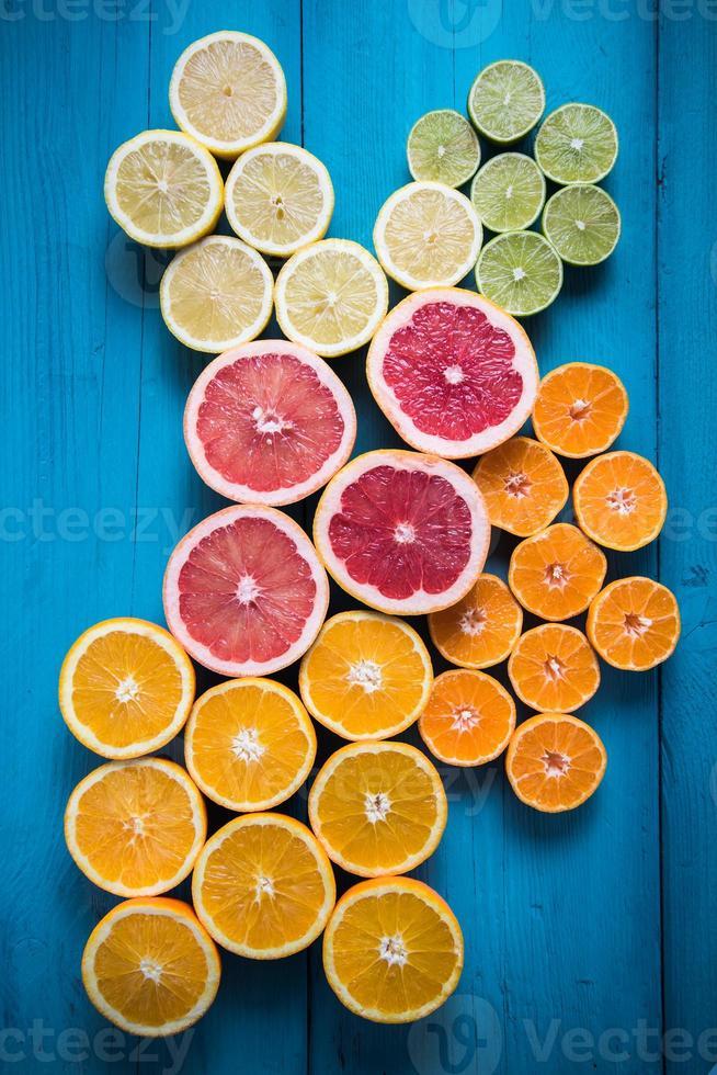 citrinos, meio corte em fundo vibrante foto