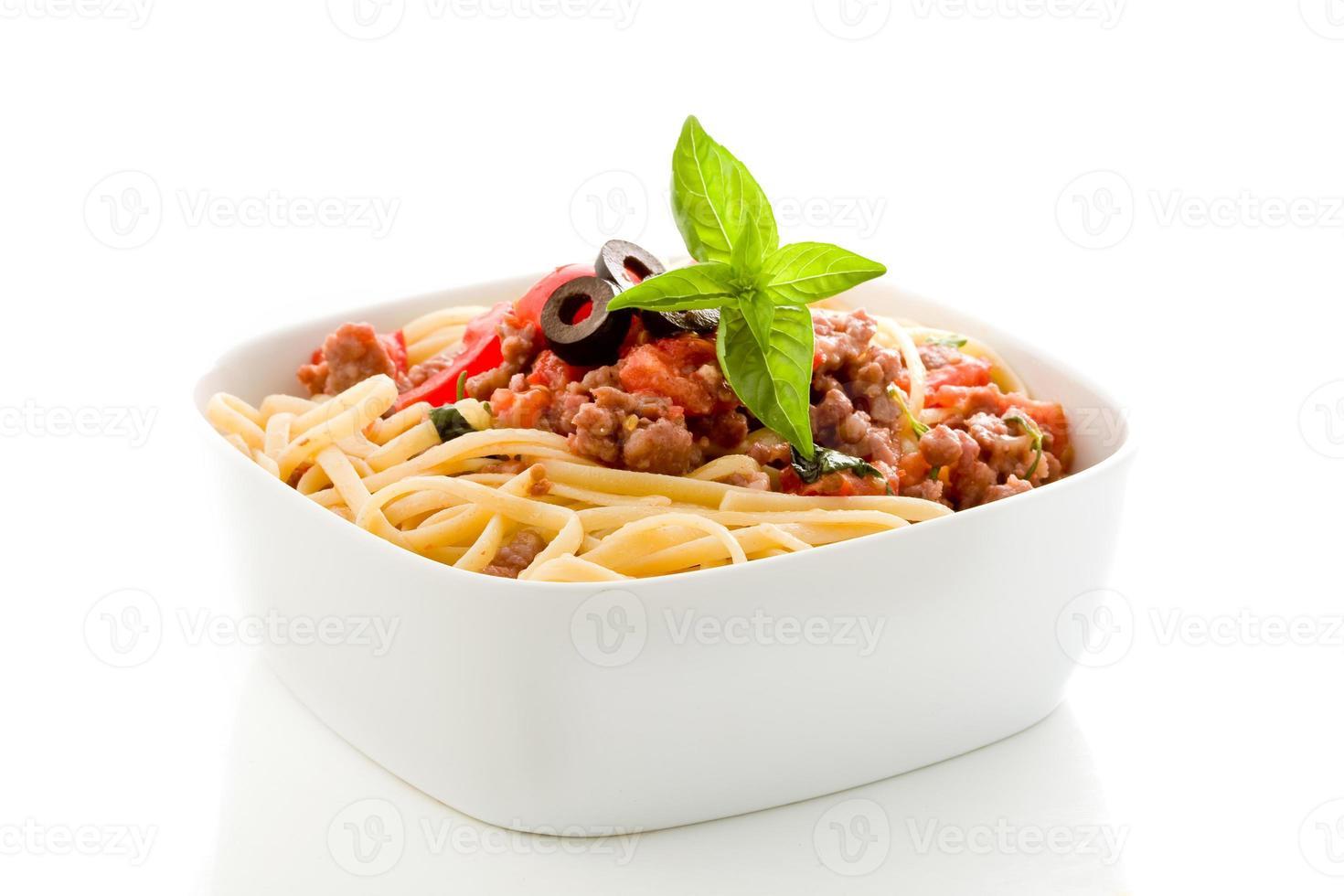 macarrão com molho de carne de salsicha italiana em fundo branco foto