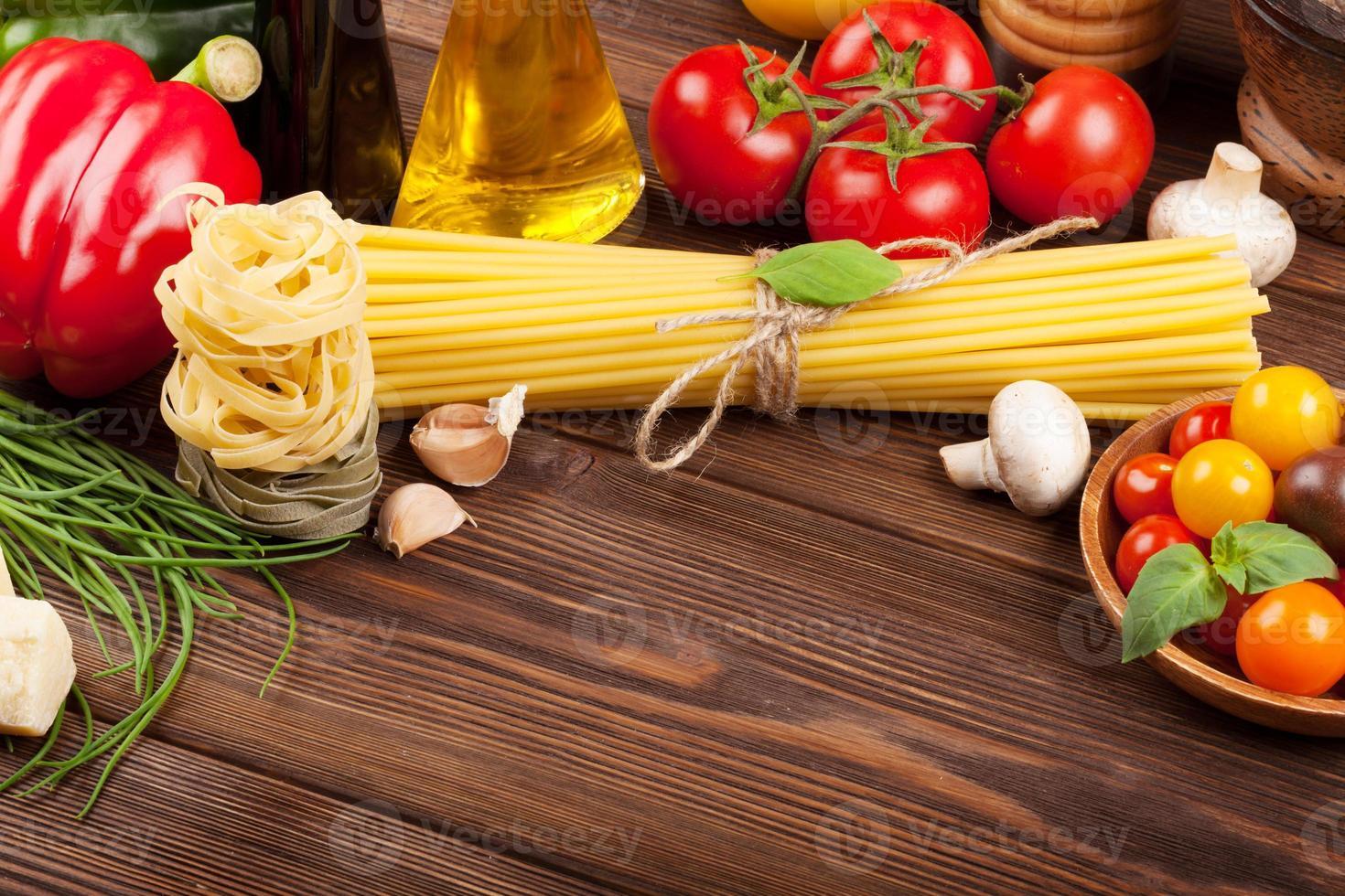 comida italiana ingredientes de cozinha. macarrão, tomate, manjericão foto