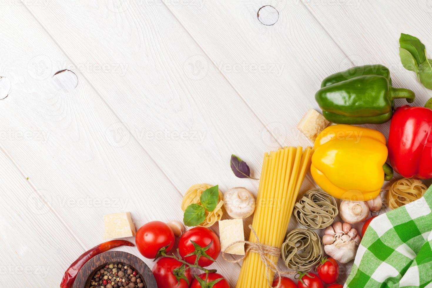 comida italiana ingredientes de cozinha. macarrão, tomate, peppes foto