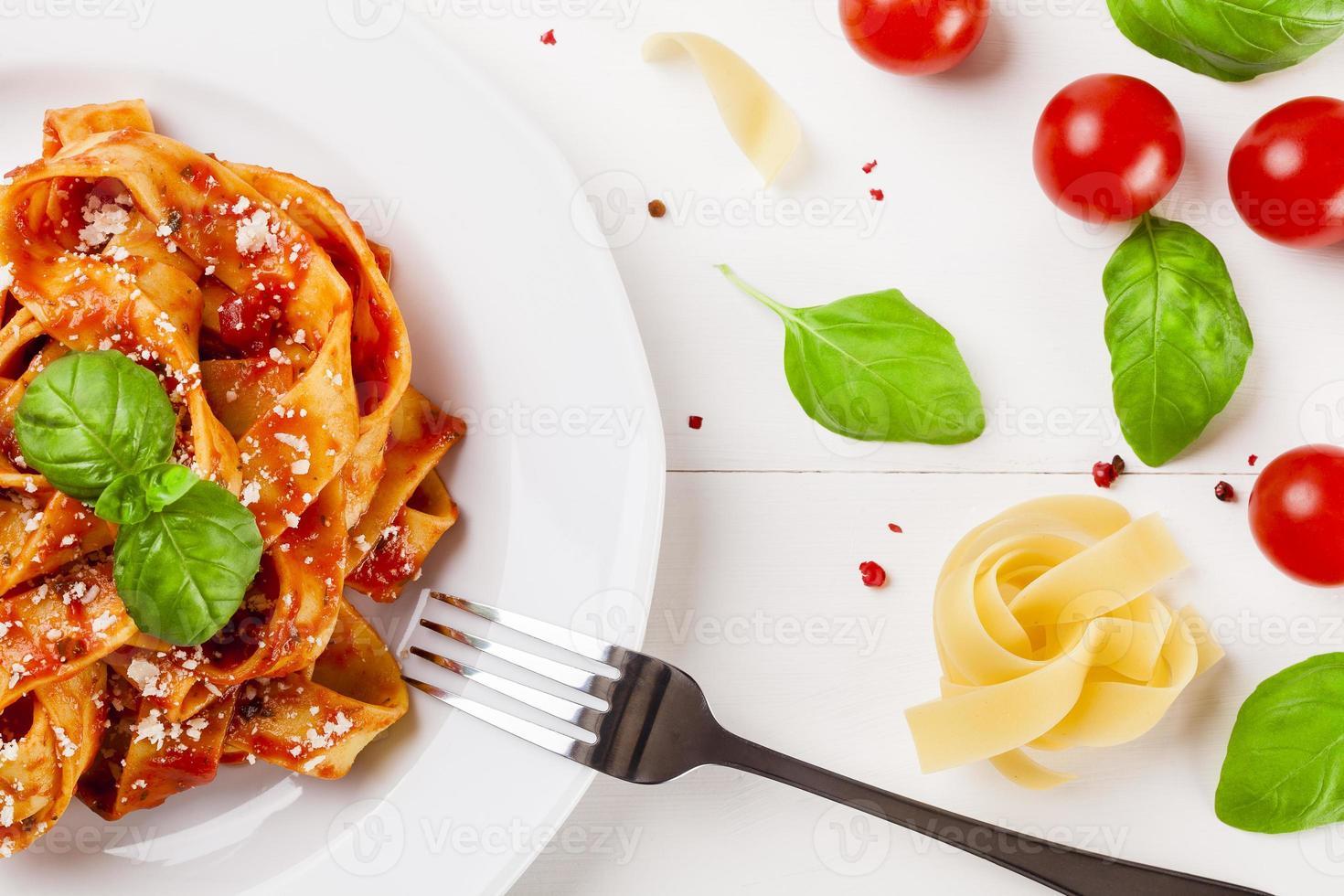 tagiatelle de macarrão com tomate foto