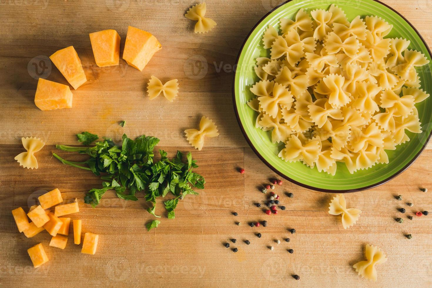 macarrão com abóbora, ervas e pimenta. foto