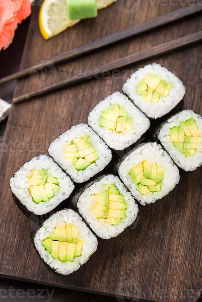 rolos de sushi com abacate foto
