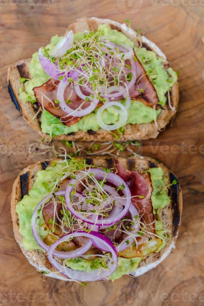 sanduíche com salada fresca e abacate foto