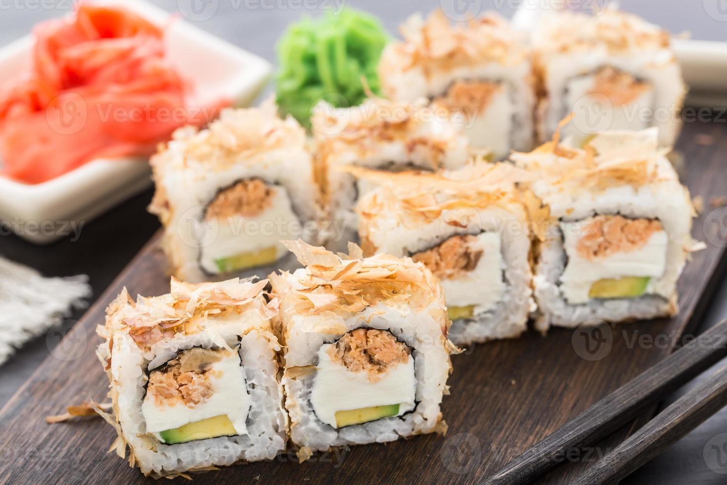 rolos de sushi com salmão teriyaki foto