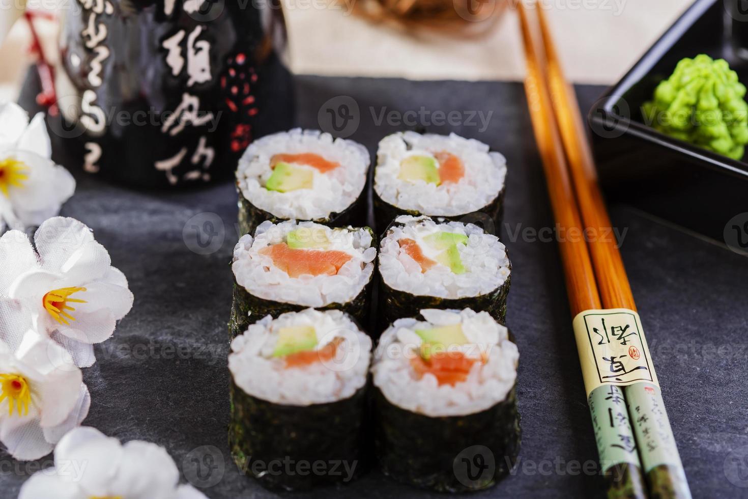 sushi clássico com salmão e abacate foto