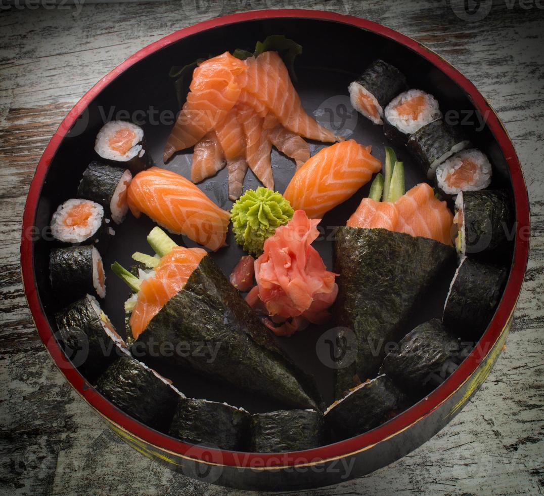 rolo de sushi com nigiri e temaki. foto
