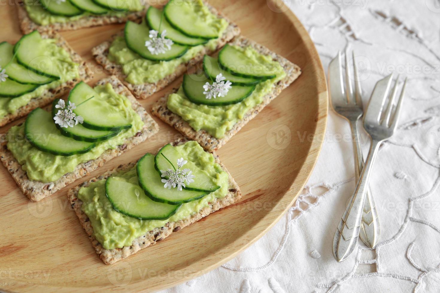bolachas retangulares integrais de pepino e abacate verde com co foto