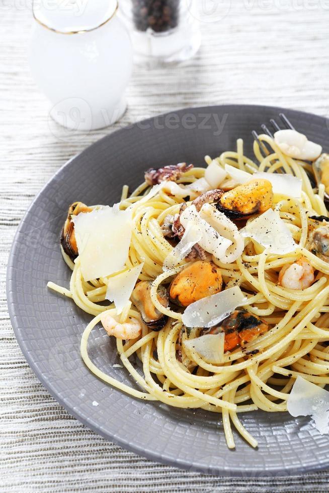 macarrão com frutos do mar em um prato foto