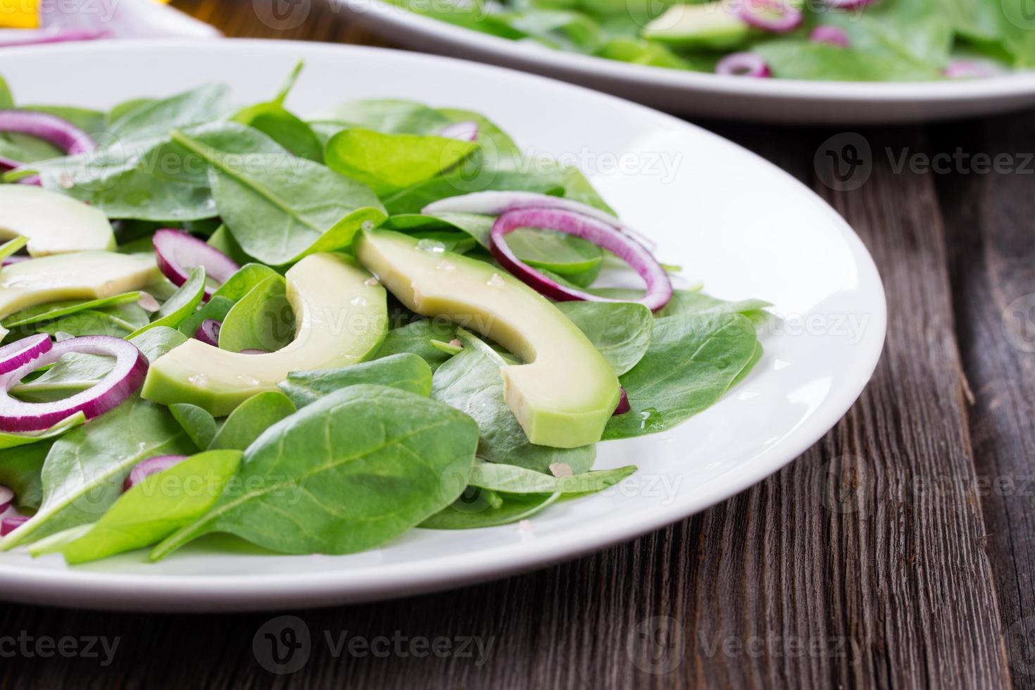 salada orgânica verde de avacado e espinafre com cebola vermelha foto
