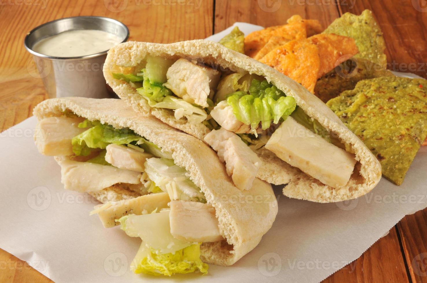 sanduíche de frango no pão pita foto