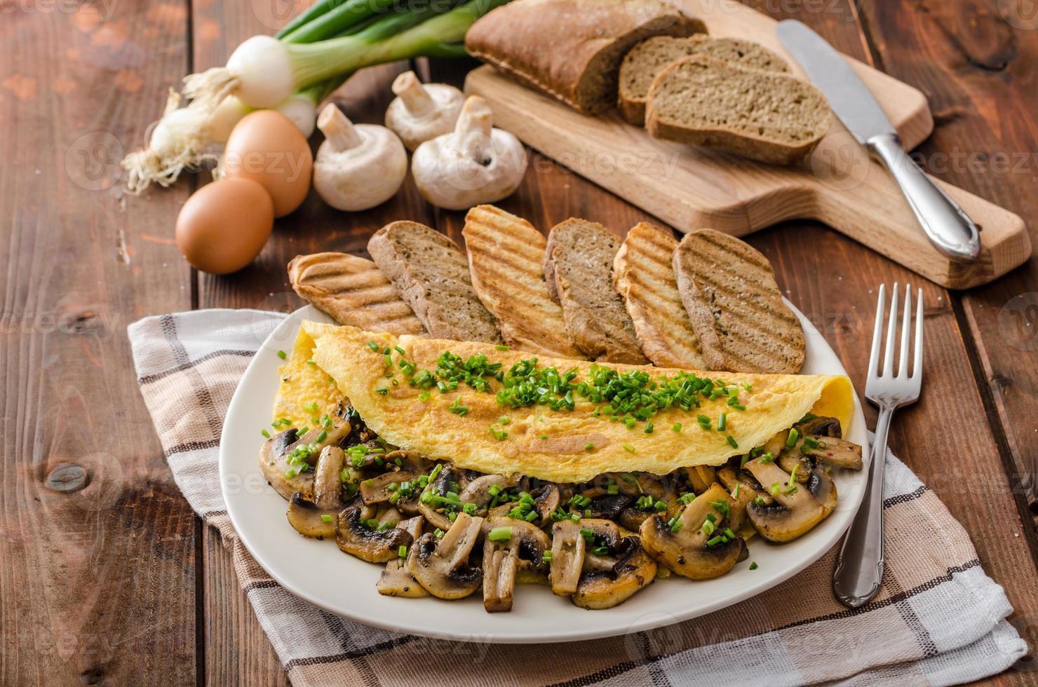 omelete rústica com cogumelos na cebolinha foto