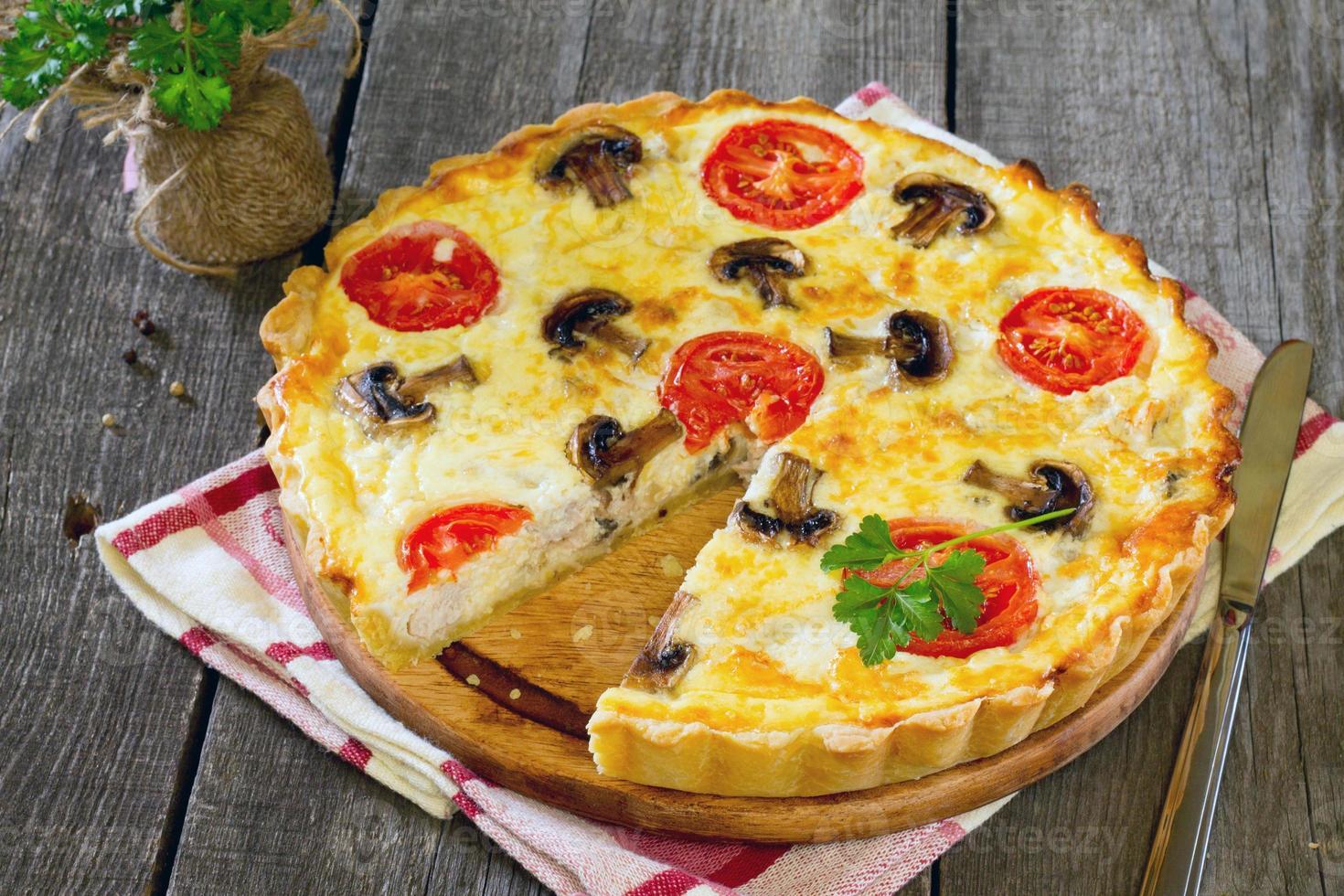 torta com frango, cogumelos e recheio de ovos foto