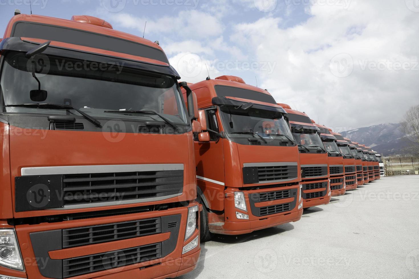 caminhões frota corporativa alinhados foto