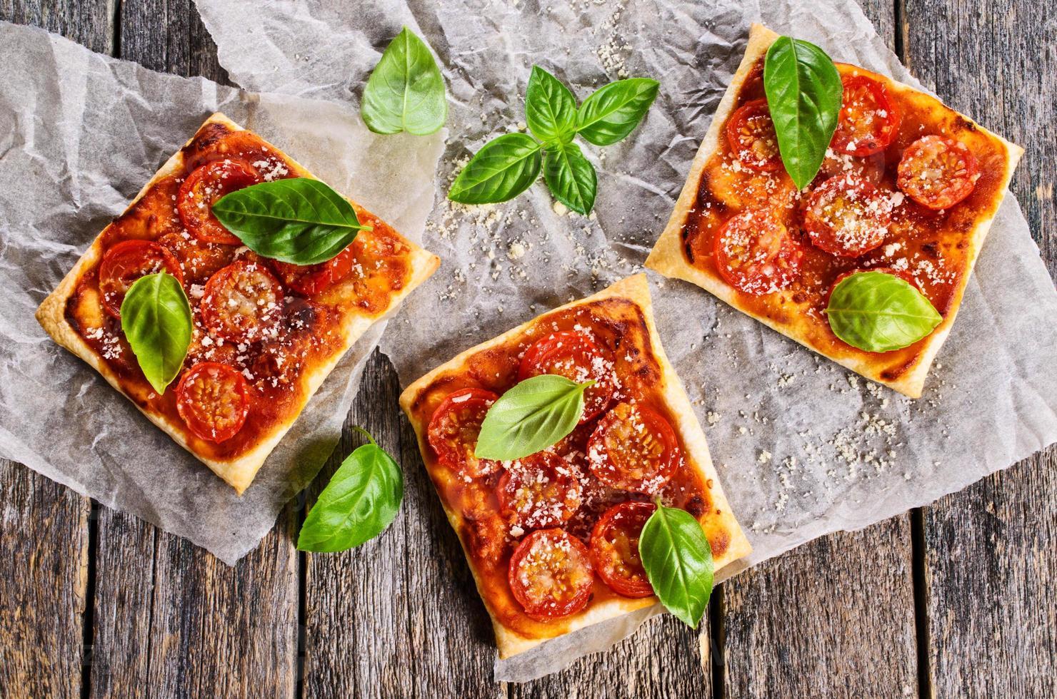 torta com tomate, queijo e manjericão foto