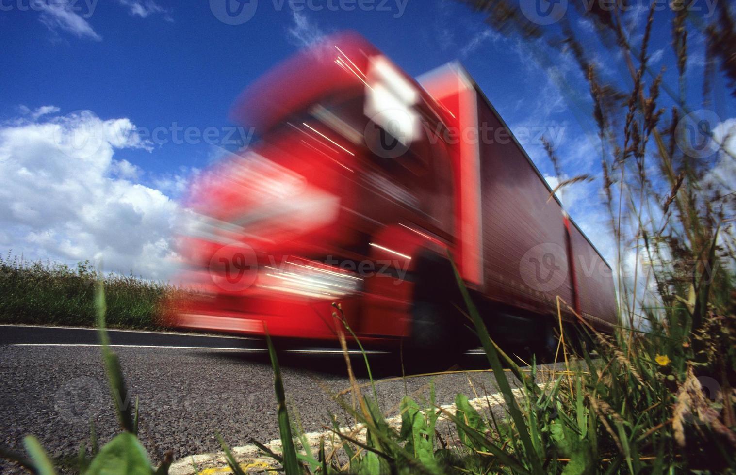 vermes olho vista de caminhão viajando na estrada secundária uk foto