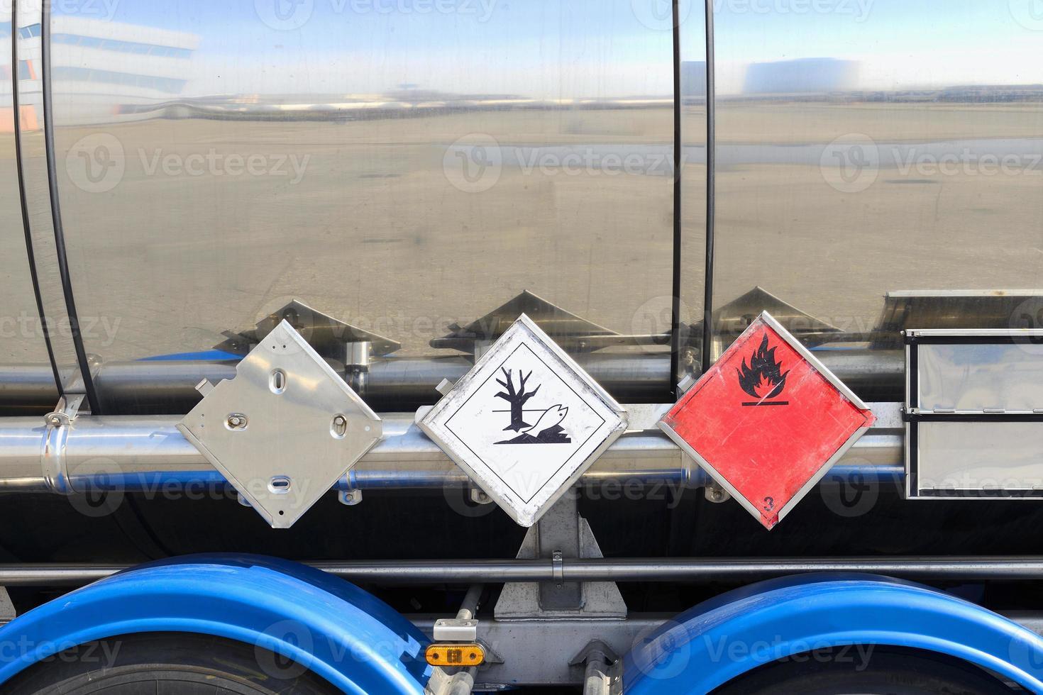 close-up de sinais de alerta no lado do petroleiro de prata foto