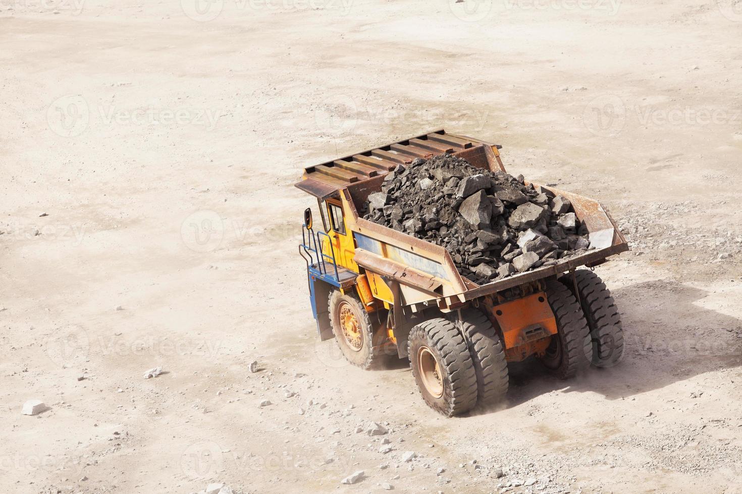 caminhão de mineração a céu aberto. indústria de minerais foto