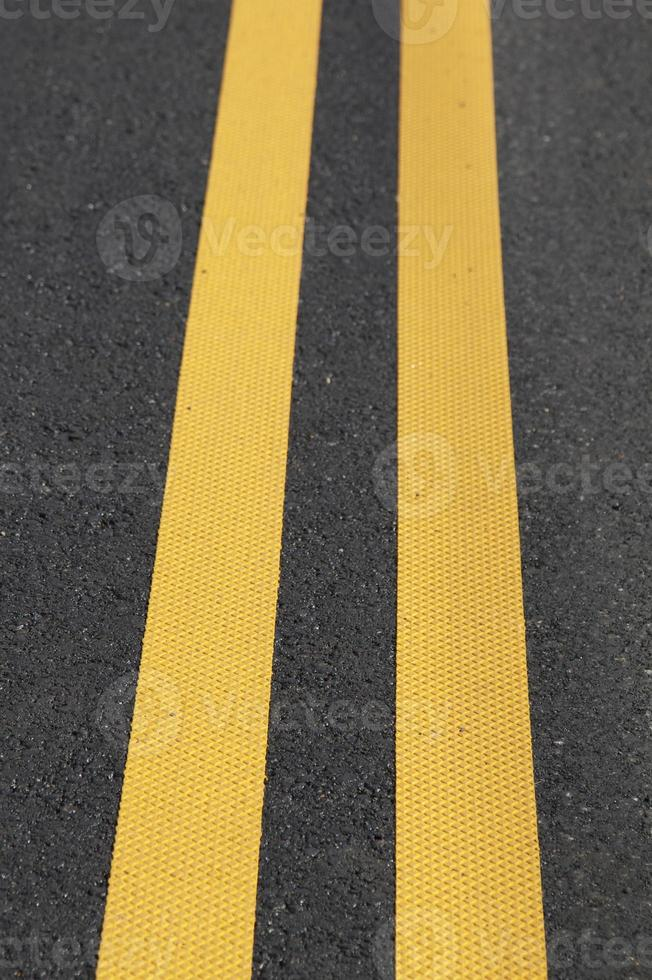 linha amarela dupla foto