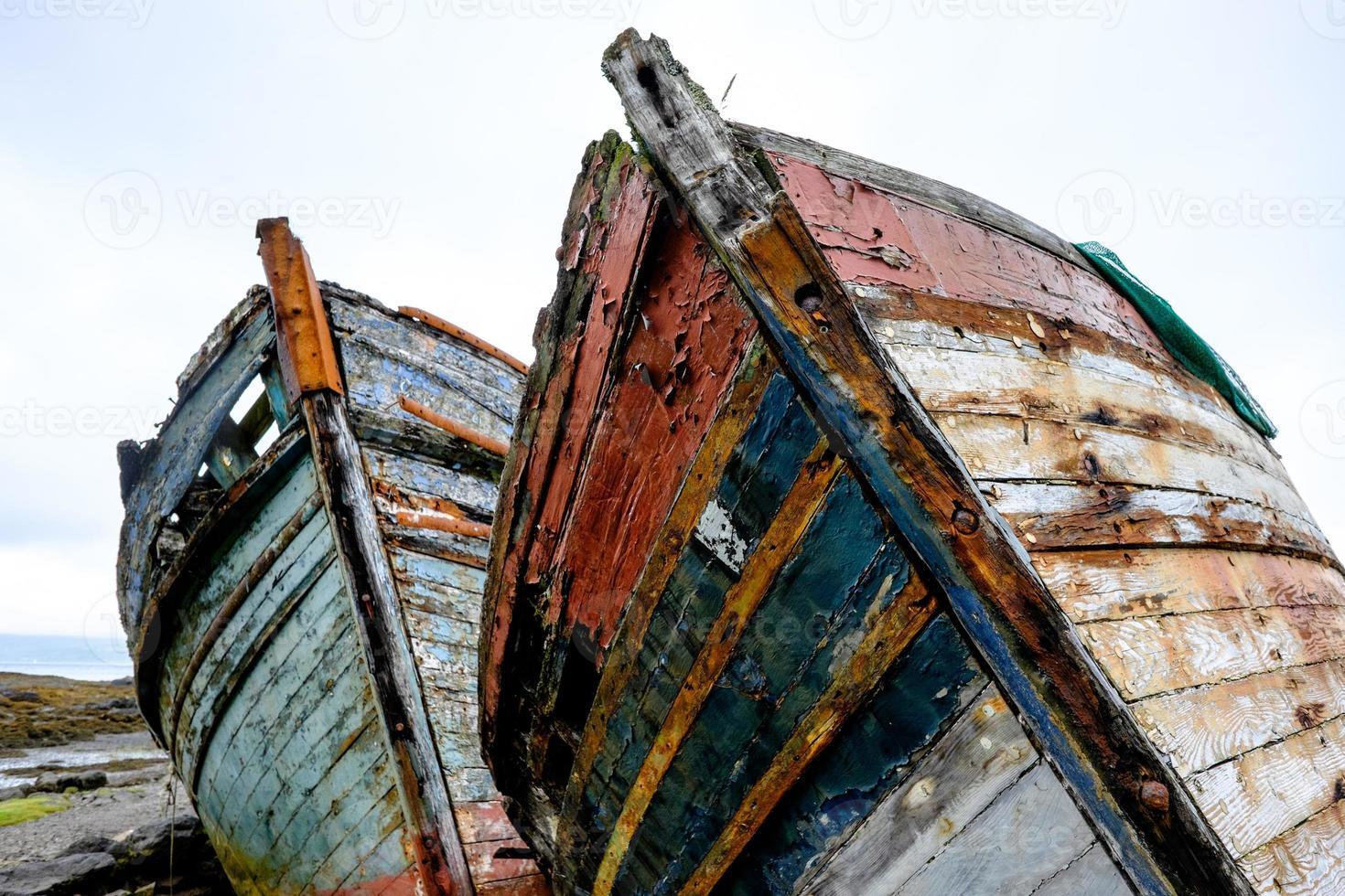 par de velhos barcos de pesca foto