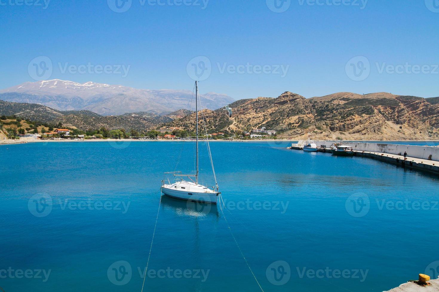 pequenos barcos de pesca azuis e brancos. foto
