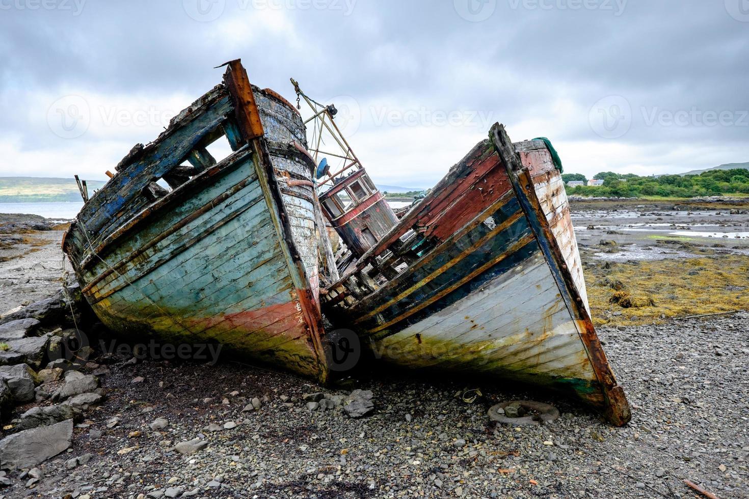 dois velhos barcos de pesca foto