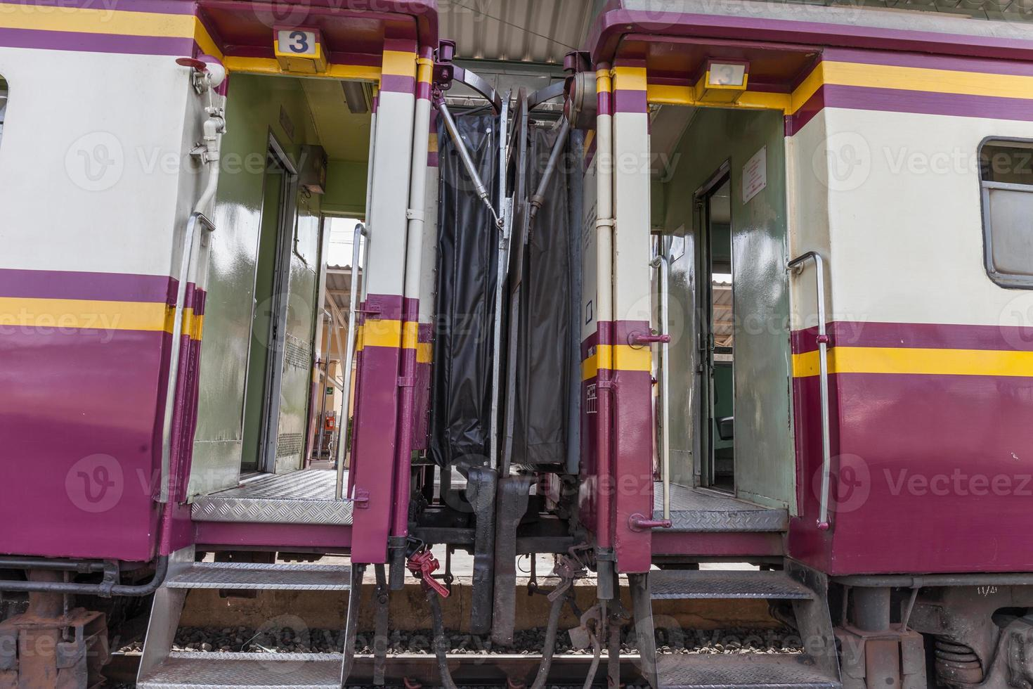 transporte de trem na estação de trem foto